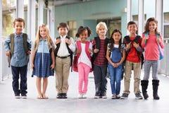 小组小学哄骗在学校走廊的身分 免版税图库摄影
