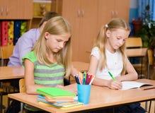 小组小学学生接受在类的考试 免版税图库摄影