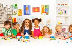 小组小孩朋友使用与块 免版税图库摄影