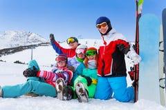 小组山的愉快的挡雪板 库存图片