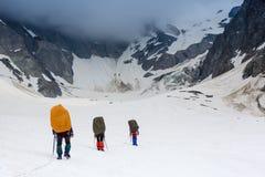 小组山的登山人 免版税库存图片
