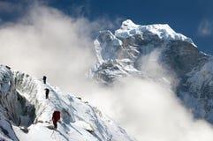 小组山的登山人 免版税库存照片