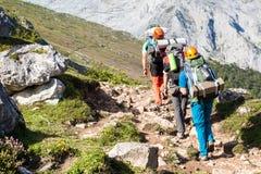 小组山远足的登山人 免版税库存照片