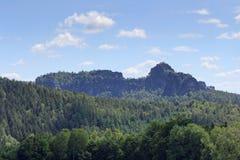 小组岩石Schrammsteine和Falkenstein在撒克逊人的瑞士 图库摄影