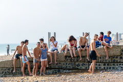 小组布赖顿海滩的少年 库存照片