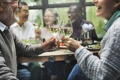 小组幸福概念的资深退休集会 免版税库存照片