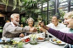 小组幸福概念的资深退休集会 免版税库存图片