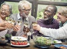 小组幸福概念的资深退休集会 免版税图库摄影