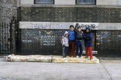 小组幼儿在都市少数民族居住区,布朗克斯, NY 免版税库存图片