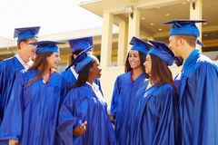小组庆祝毕业的高中学生 免版税库存照片