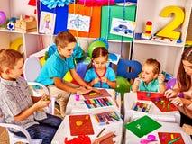 小组从彩色塑泥的孩子模子在幼儿园 免版税库存图片