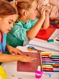 小组从彩色塑泥的孩子模子在幼儿园 免版税图库摄影