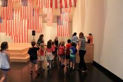 小组得知麦Ziegler ` s旗子交换的小学生,萨拉托加,特性博物馆, 2016年 图库摄影