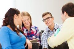小组微笑的学生在教室里 库存图片