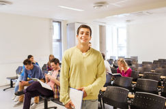 小组微笑的学生在教室里 免版税库存图片
