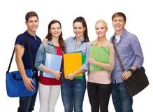 小组微笑的学生站立 免版税库存图片