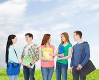 小组微笑的学生站立 免版税图库摄影