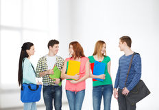 小组微笑的学生站立 免版税库存照片