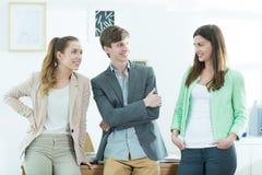 小组微笑的谈的学生 免版税库存图片