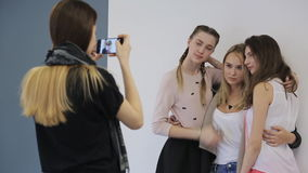 小组快乐的女孩在白色背景摆在并且愉快地笑 股票录像