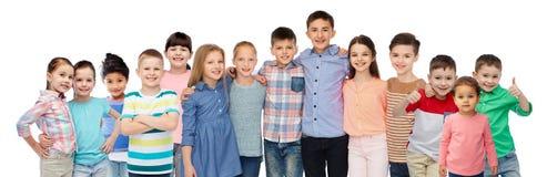 小组愉快微笑的儿童拥抱 库存照片