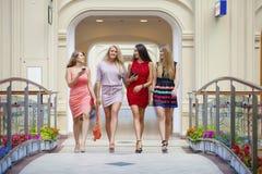 小组愉快微笑的妇女购物 库存图片