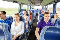 小组愉快的乘客在旅行公共汽车上 库存图片