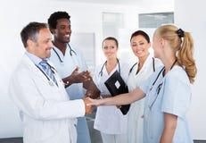 小组愉快的多种族医生 免版税库存照片