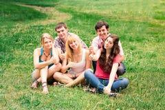 小组愉快的微笑的少年学生学院外 图库摄影