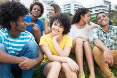小组愉快的拉丁、白种人和非裔美国人的年轻成人 免版税库存照片