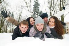 小组愉快的青年人在冬天 库存图片