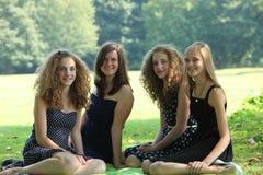 小组愉快的年轻少年女性朋友暑假 免版税图库摄影