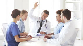 小组愉快的医生用在上面的手在诊所 股票视频