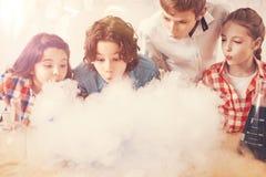 小组感兴趣的孩子,当做人为云彩时 库存图片