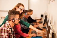 小组成人学习计算机技能 两代之间的tran 免版税库存照片