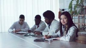 小组或药剂师坐在会议桌上 股票录像