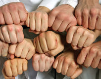 小组手和拳头企业和配合概念 免版税库存图片