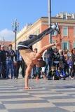 小组执行霹雳舞惯例的街道舞蹈家 库存照片