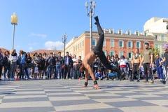 小组执行霹雳舞惯例的街道舞蹈家 图库摄影