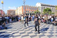 小组执行霹雳舞惯例的街道舞蹈家 免版税图库摄影