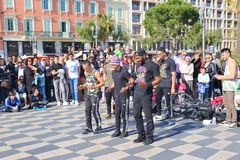 小组执行霹雳舞惯例的街道舞蹈家 库存图片