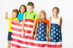 小组拿着美国国旗的小学生 免版税图库摄影