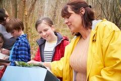 小组探索的森林在室外活动中心 免版税库存图片