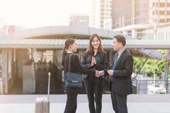 小组握手,配合的商人结束会议在签合同以后成为招呼的伙伴 库存照片