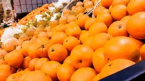 小组新鲜的有机桔子在市场 免版税库存图片