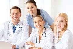 小组有便携式计算机的医生 图库摄影
