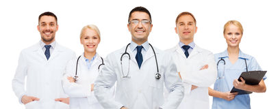 小组有剪贴板和听诊器的医生 免版税库存图片