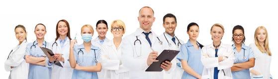小组有剪贴板的微笑的医生 免版税库存照片
