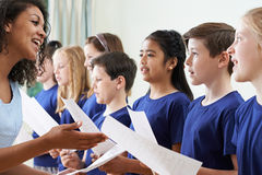 小组有唱歌在唱诗班的老师的小学生 库存图片