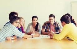 小组有图纸的微笑的学生 库存照片